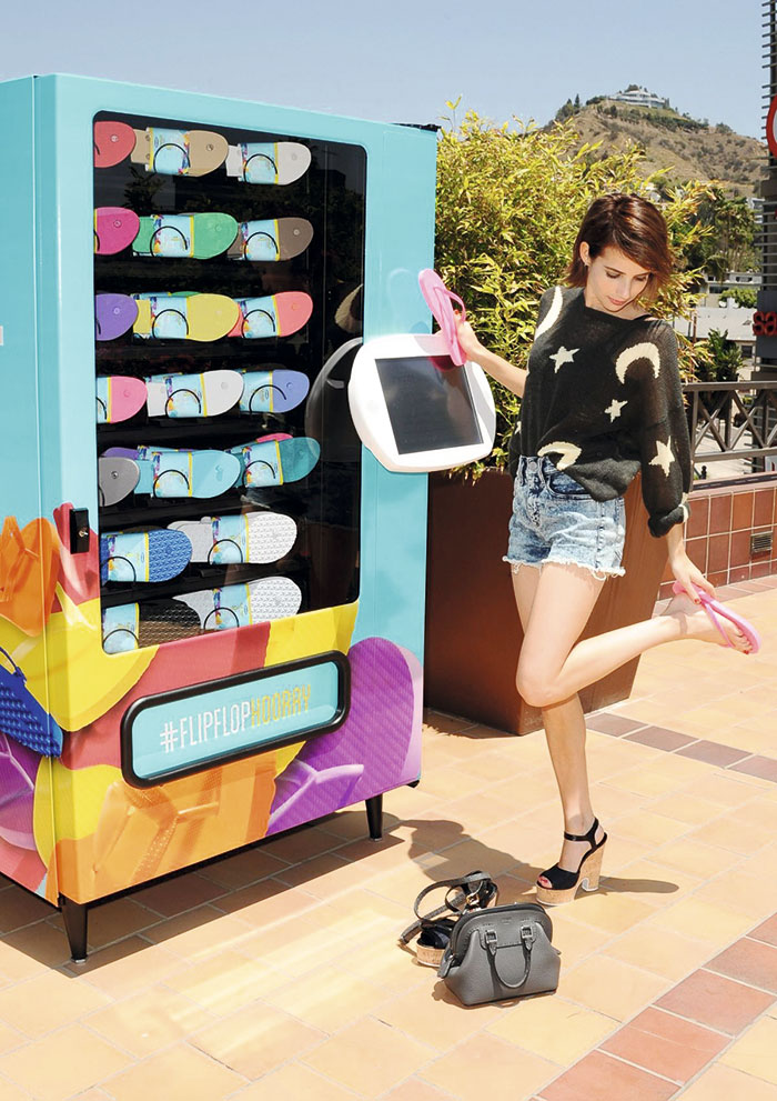 emma-roberts-at-old-navy-flip-flop-vending-machine-in-los-angeles_6-2